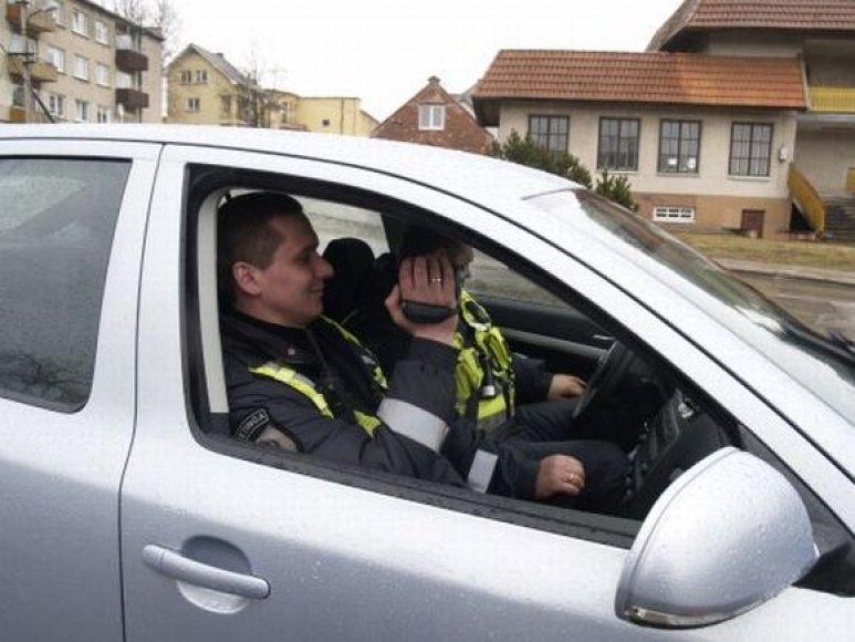 Kretingos policijos pareigūnai nedrausmingus vairuotojus filmuos vaizdo kamera.