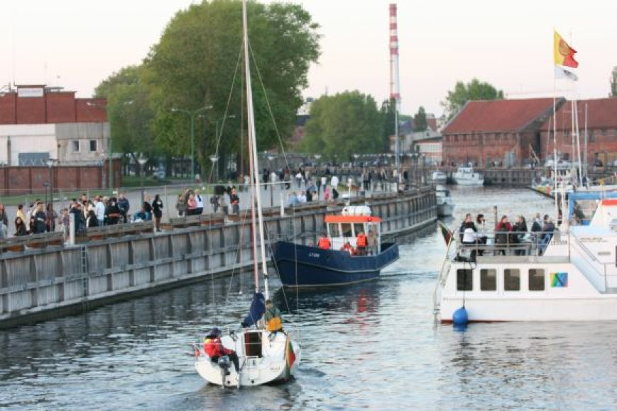 Laivai pajudėjo iš Danės upės į Kuršių marias.