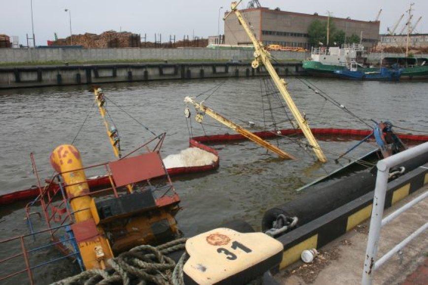 Uostelyje plūduriuojančio laivo savininkai neturi už ką iškelti.