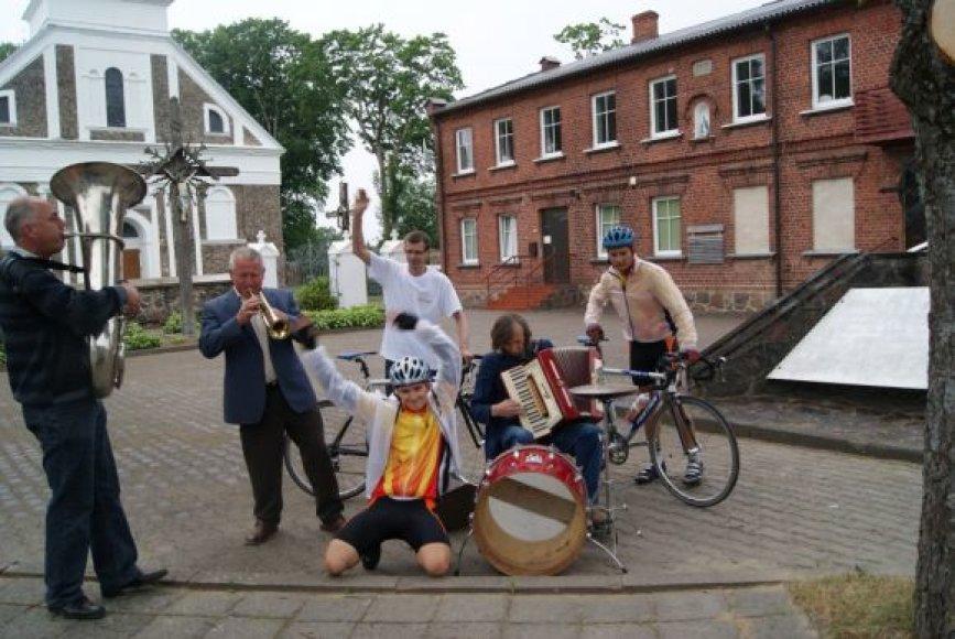 Darbėnų miestelyje dviratininkus sutiko visa kaimo kapela.