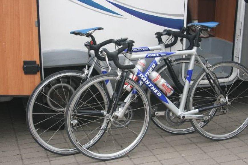 Lietuvoje surinkti dviračiai, kuriais vaikinai sieks rekordo.