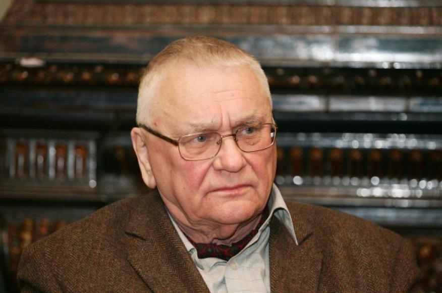 A.Baltakis teigia, kad sustoti rašyti jis mėgino ne vieną kartą. Iki pat dabar – nesėkmingai.