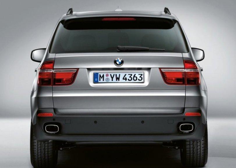 """Šarvuotas """"BMW X5"""" – besijaunčiantiems nesaugiai"""