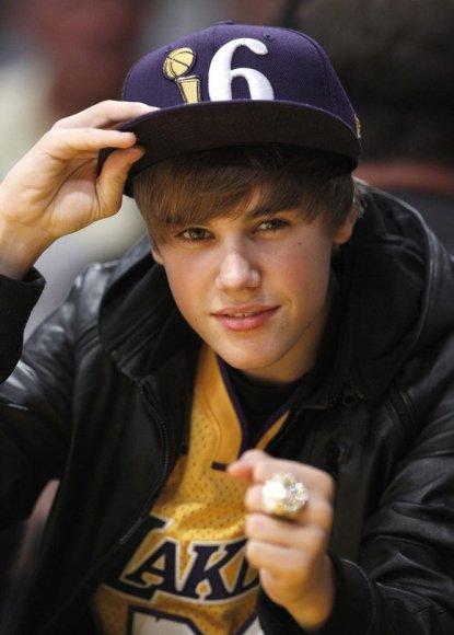 Jaunasis dainininkas J. Bieberis stebi krepšinio rungtynes