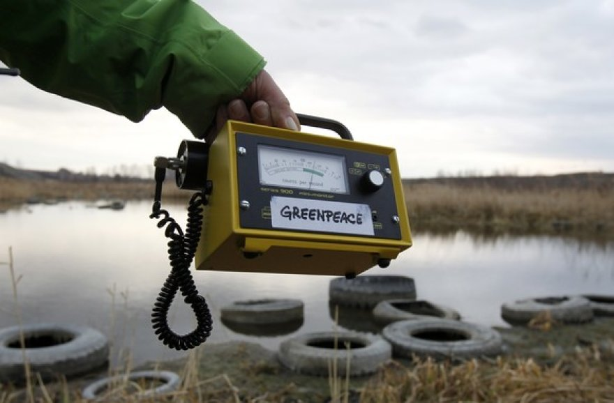 """""""Greenpeace"""" narys matuoja radiacijos lygį."""
