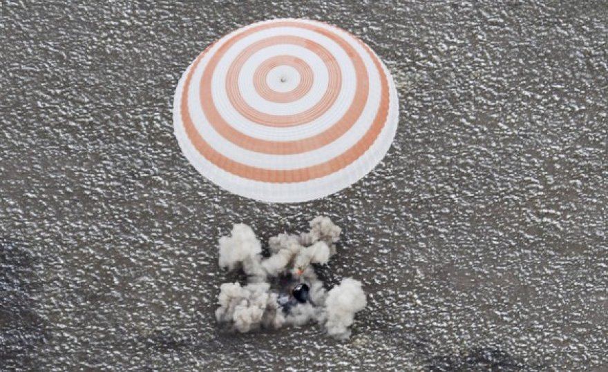 """Erdvėlaivio """"Sojuz TMA-19"""" kapsulės nusileidimas"""