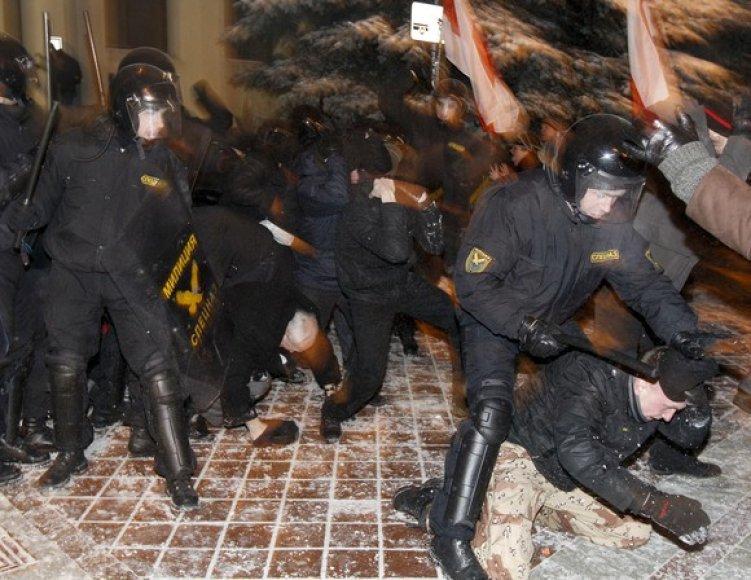 Milicijos pareigūnai tramdo protestuotojus