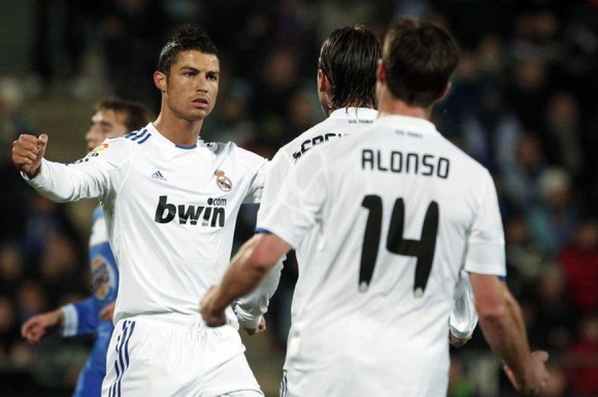 Cristianas Ronaldo džiaugiasi įvarčiu su komandos draugais