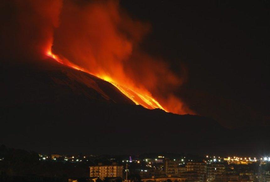 Etnos ugnikalnis lieja lavą