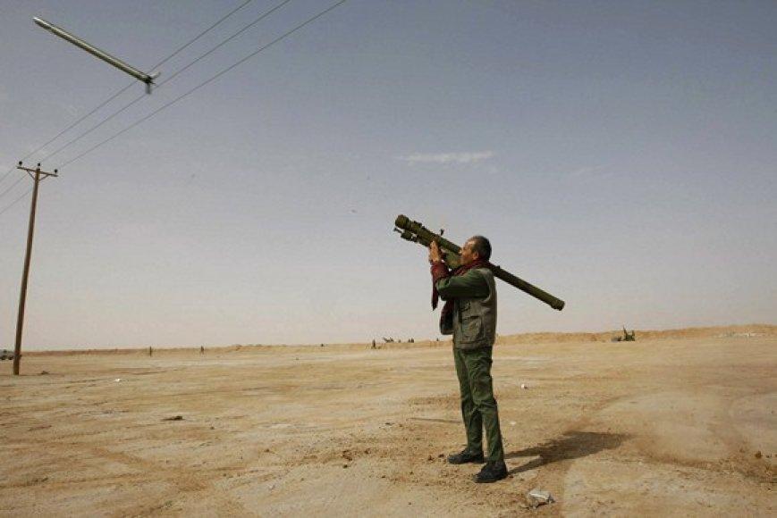 Sukilėlis iššovė raketą į Libijos karinių oro pajėgų naikintuvą.