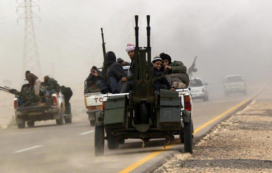 Į Bengazio miestą važiuojantys sukilėliai.