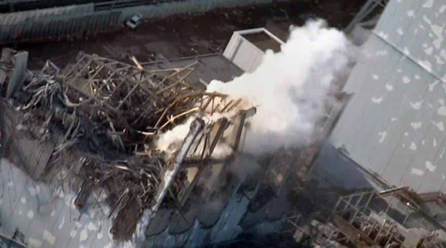 Dūmai rūksta iš Fukšimos-1 atominės elektrinės trečiojo bloko.