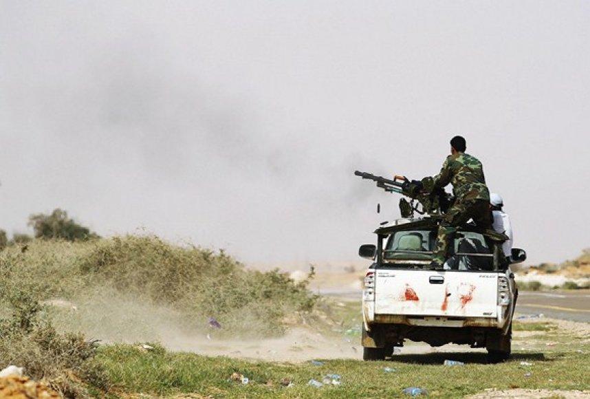 Šaudantys Libijos sukilėliai.