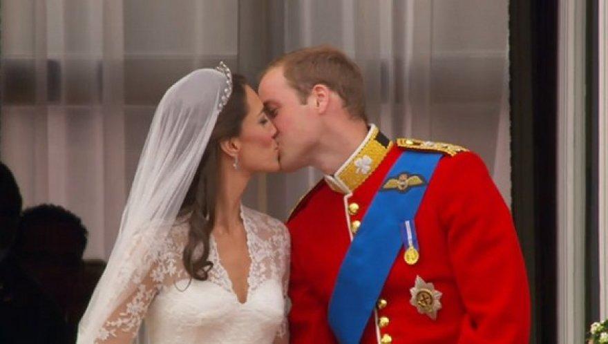 Kate Middleton ir princo Williamo bučinys