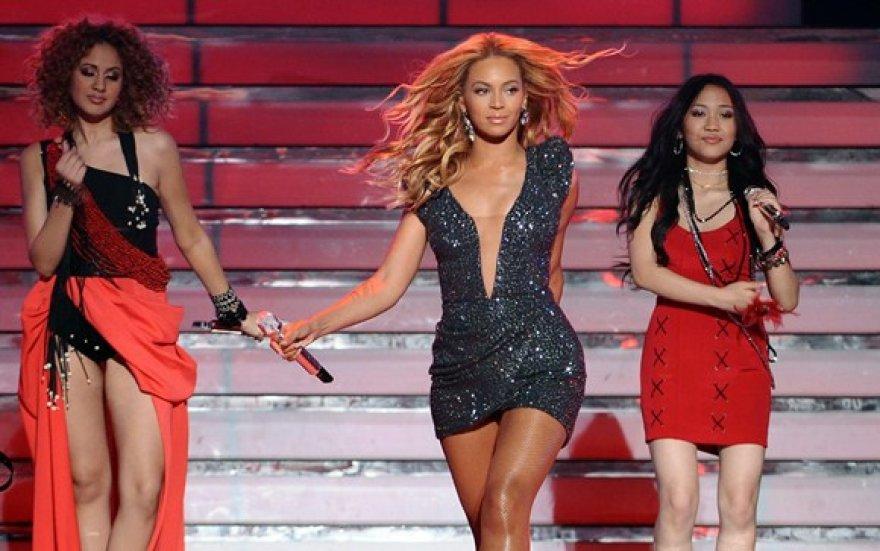Beyonce (centre)