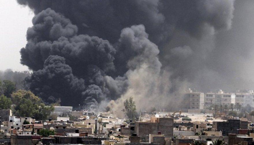 Po NATO oro atakų Tripolyje kyla juodi dūmai.