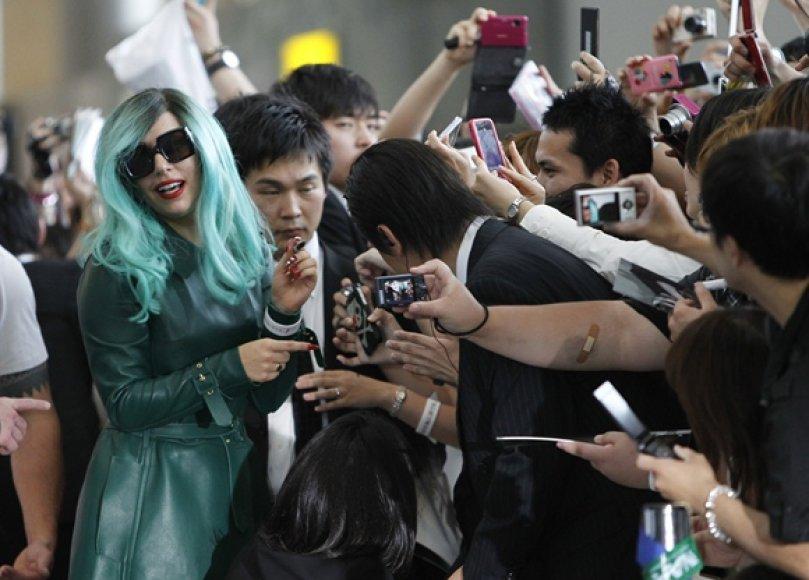 Lady Gaga (kairėje)