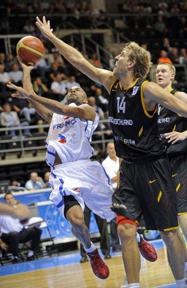 Tony Parkeris (kairėje) ir Dirkas Nowitzki