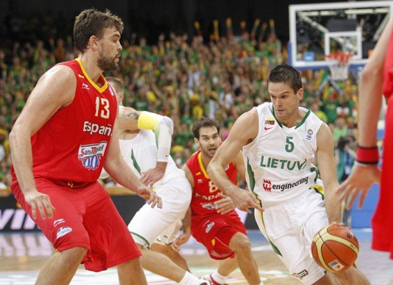 Mantas Kalnietis (su kamuoliu) ir Markas Gasolis (kairėje)