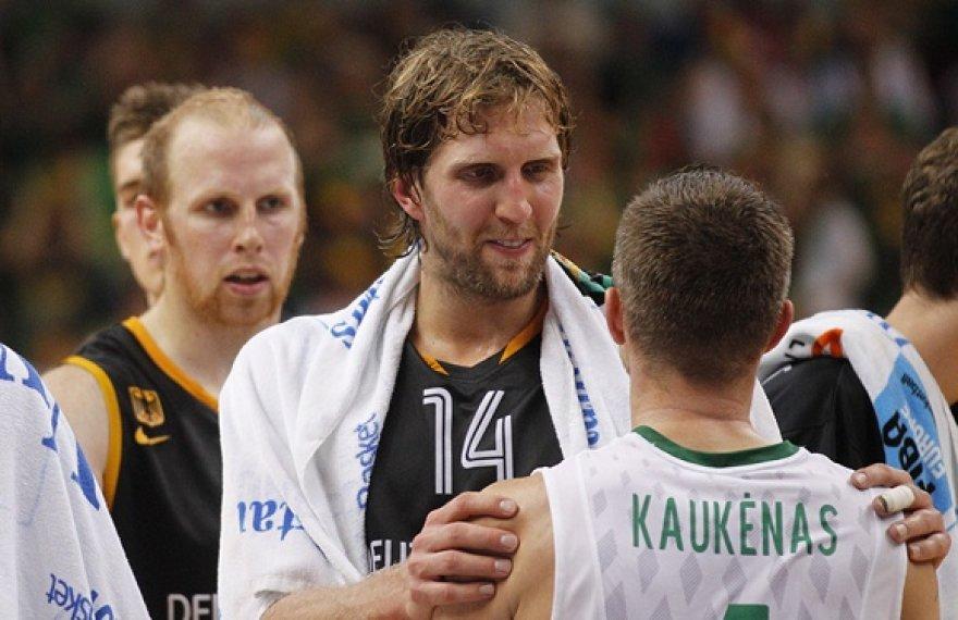 Dirkas Nowitzki sveikina Rimantą Kaukėną.