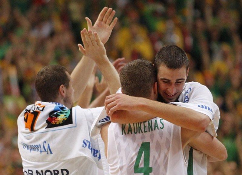 Lietuvos krepšininkai džiaugiasi nugalėję Vokietijos rinktinę.