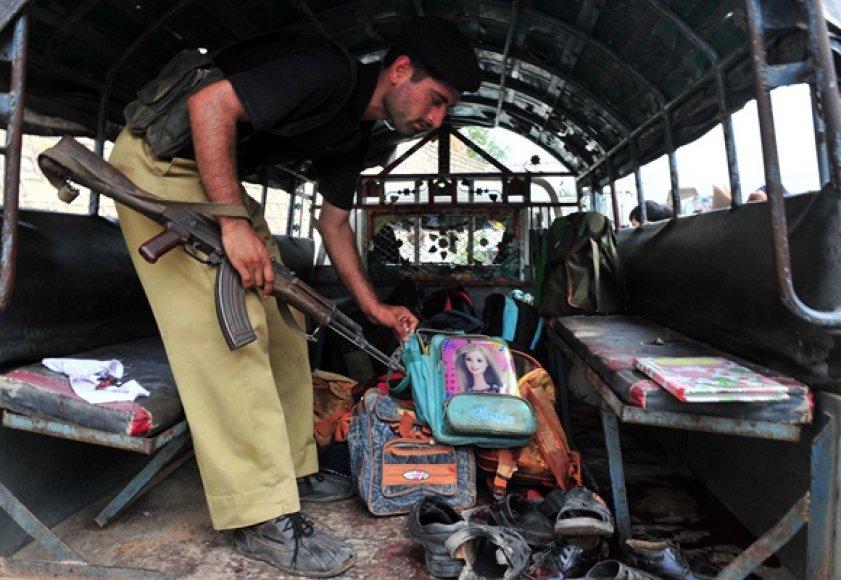 Pakistane užpuolikai atakavo mokyklos autobusą.