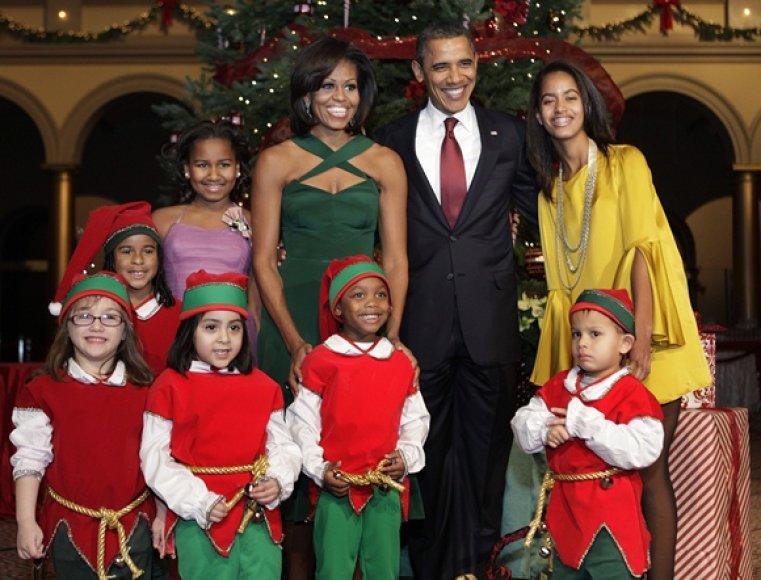 JAV prezidentas Barackas Obama su šeima ir elfais apsirengusiais vaikais