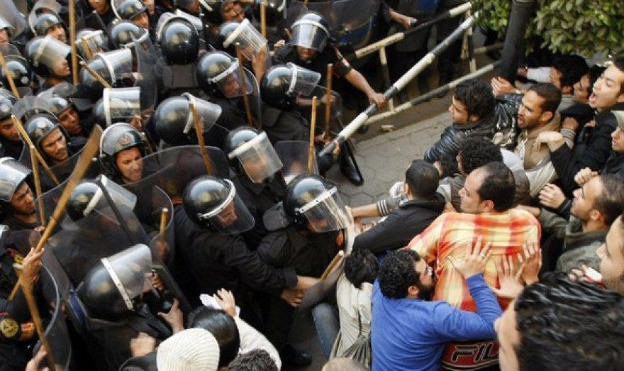 Riaušių policija ir demonstrantai