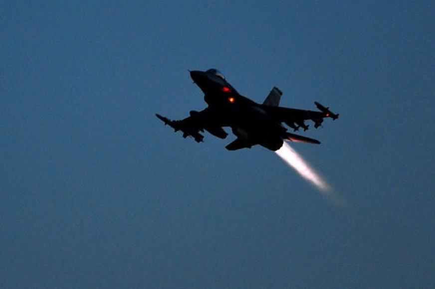 """JAV """"F-16"""" naikintuvas"""