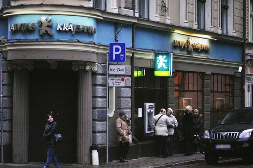 """Žmonės prie """"Latvijas Krajbanka"""" bankomato"""