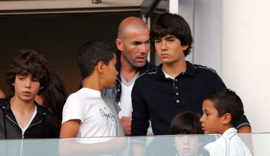 Enzo Zidane'as seka tėvo pėdomis