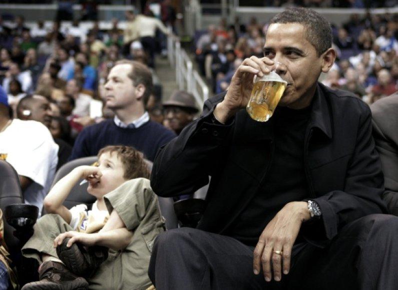JAV prezidentas Barackas Obama mėgsta krepšinį.