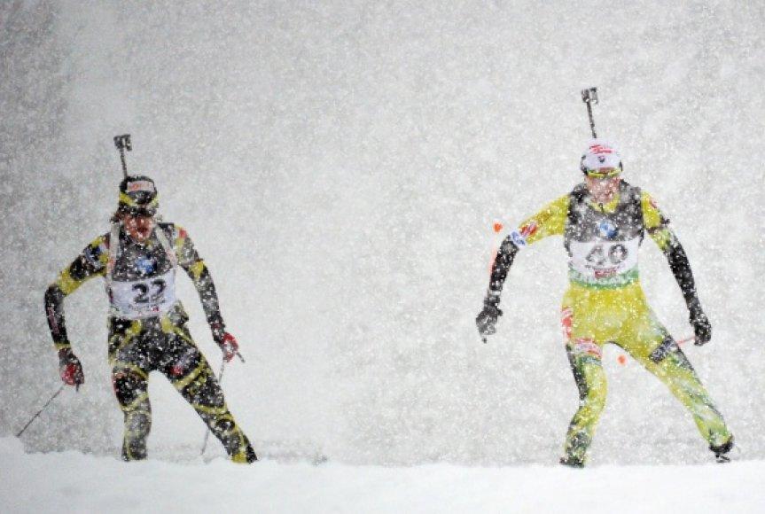 Labai prastu oru vykusias sprinto varžybas laimėjo slovakė Anstasija Kuzmina (dešinėje)