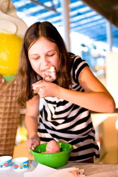 Mergaitė valgo ledus