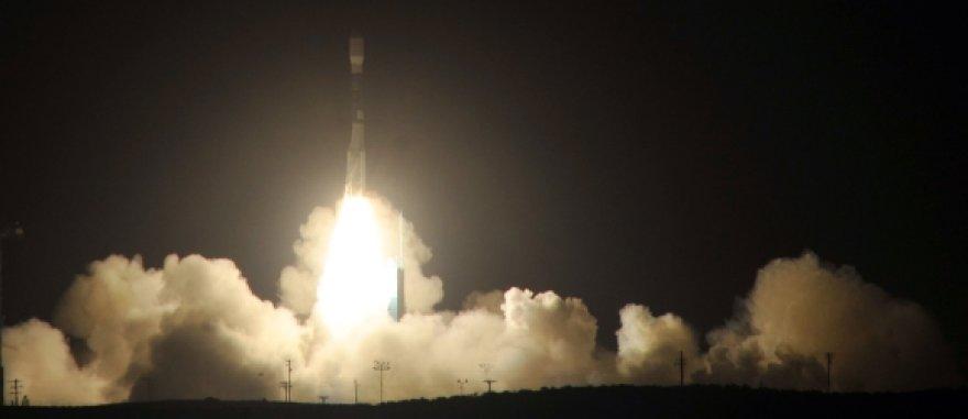 """""""Delta II"""" raketos paleidimo į kosmosą akimirka."""