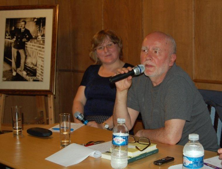 Adamas Zagajewskis spaudos konferencijoje.