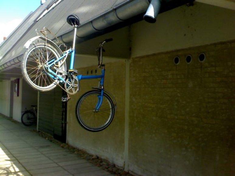 Studentų bendrabučiuose kai kas pokštauja, kai kas taip parkuoja dviračius