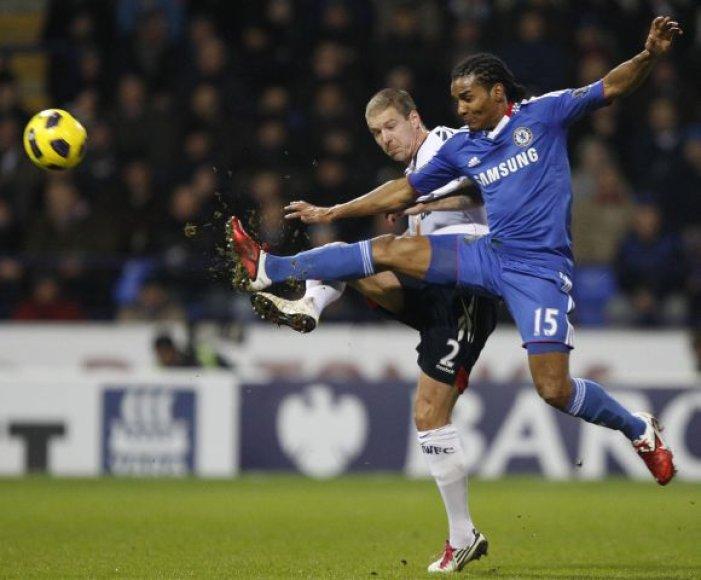 "Florentas Malouda (""Chelsea"", mėlyna apranga) ir Gretaras Steinssonas (""Bolton"")"