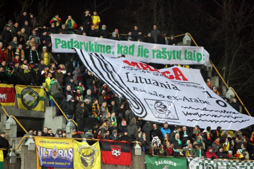 """Užrašas Lietuvos sirgalių tribūnoje: """"Marca, Lithuania – Estado ex-Arabe 1:0"""""""