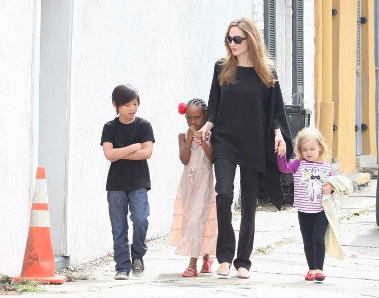 """Scanpix"" nuotr./Angelina Jolie su vaikais Paxu, Zahara ir Vivienne (2012 m.)"
