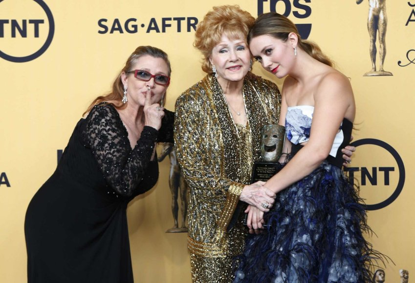"""Reuters""/""Scanpix"" nuotr./Carrie Fisher su motina Debbie Reynolds ir dukra Billie Lourd (2015 m.)"
