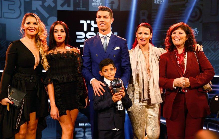 """Reuters""/""Scanpix"" nuotr./Cristiano Ronaldo su sūnumi, motina, seserimis ir drauge Georgina Rodriguez"