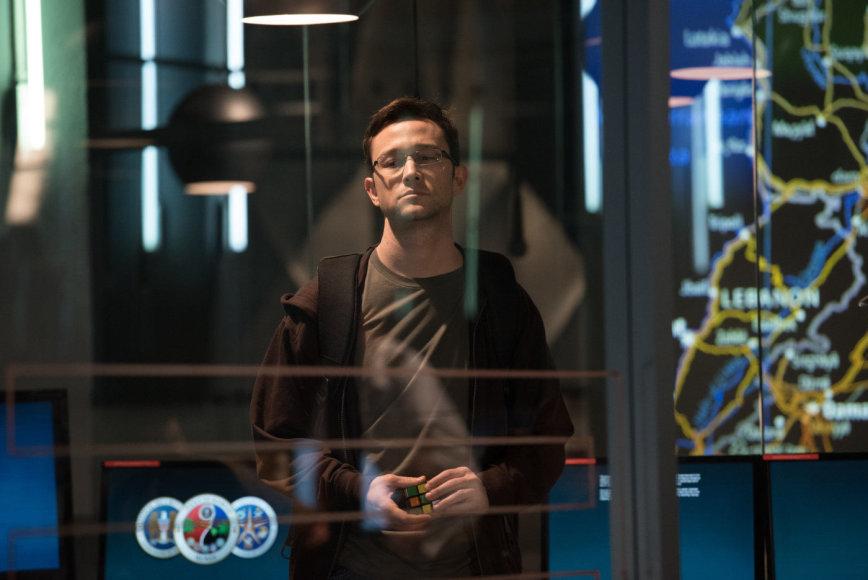 """Kadras iš filmo/Josephas Gordonas-Levittas filme """"Snowdenas"""""""