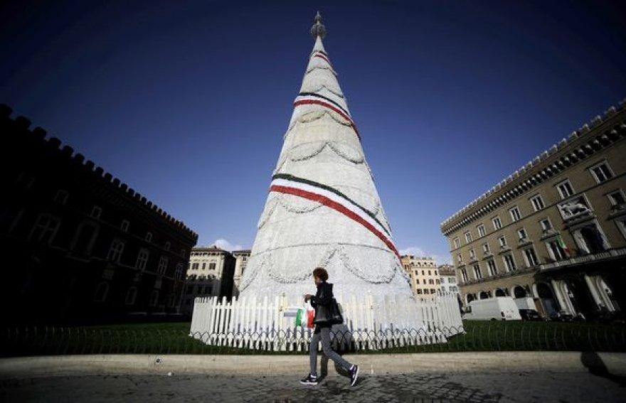 Eglė Romos Venecijos aikštėje išstovėjo vos vieną dieną