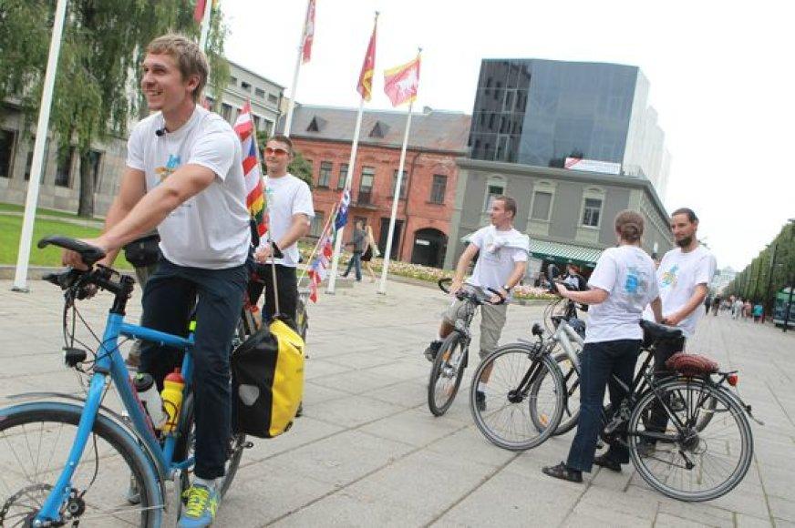 Studentai į Kauną atmynė dviračiais.