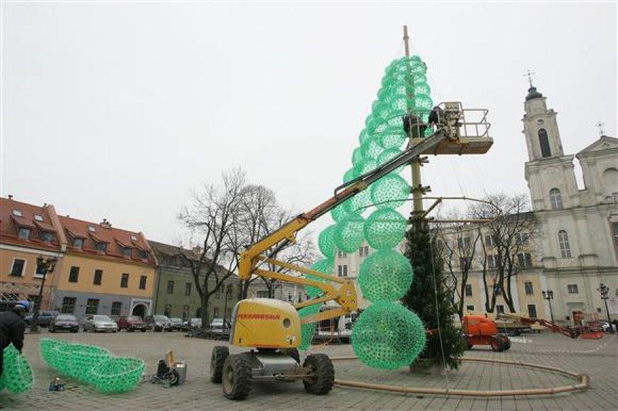 Šių metų Kalėdinė eglė sukurta iš butelių.