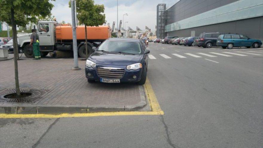 """""""Chrysler"""" prie geltonos linijos"""
