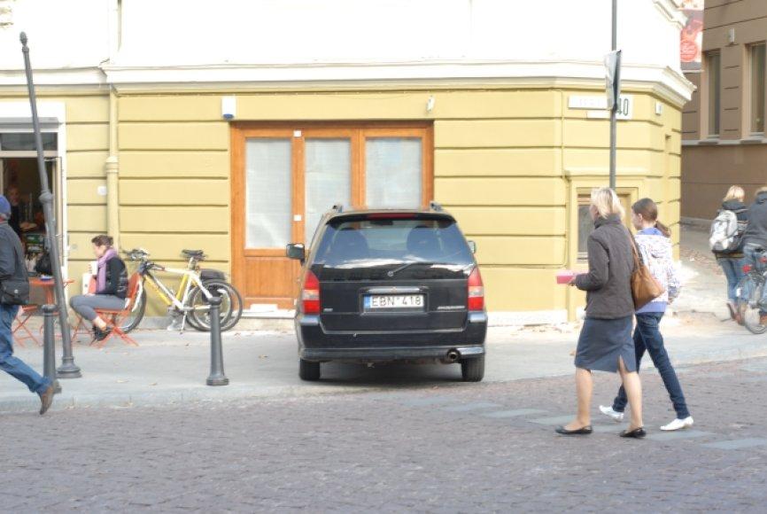 Nevietoje pastatytas automobilis