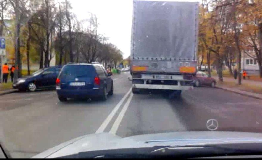 """""""Volkswagen Passat"""", kertantis ištisinę liniją"""