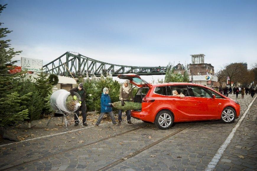 """Į """"Opel"""" automobilius telpa ir Kalėdinė eglutė"""